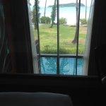 Vista desde la cama de Andaman loft pool suite