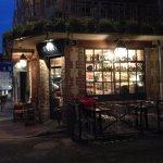 Une belle terrasse avec une déco vintage et une belle façade !