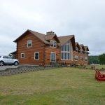 Die Lodge verfügt über einen gepflegten Aussenbericht mit schönen Sitzgelegenheiten