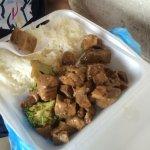 1階スーパー奥のお惣菜屋さんで3.75ドル。豚とブロッコリーとパプリカの中華風煮物?です。味は濃いめで美味しい!メニュー表示も値段表示もないので詳細は分かりません。