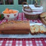 Au petit déj, gâteau et confitures maison
