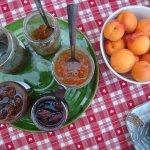 Au petit déj, confitures maison et fruits du jardin