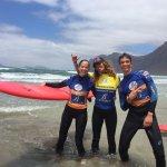 Paul y Marion, mis hijos con Patricia surf instructor en Famara