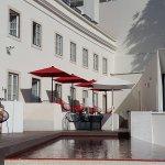 vue de la petite piscine et des chambres avec terrasse au rdc