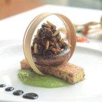Di verdure torta di semolino, verde Consiglio piselli Portobello condita con caponata siciliana_