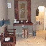 Waschbecken und dahinter Sanitärbereich