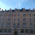 Algunos lugareños aseguran que la Casa Botines tiene más de trescientas ventanas...