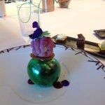 Dessert joliment présenté et délicieux. Boule de sucre soufflé verte.