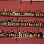 Vista de la coleccion de cervezas que cubren las paredes del local