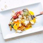 Huevos rotos a 65°C con patatas paja, ibérico y setas salvajes