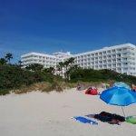 Hotel im Hintergrund, vom super Strand fotografiert.