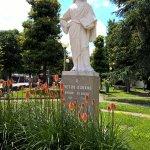 Centro di Abano con la statua di>Pietro D'Abano