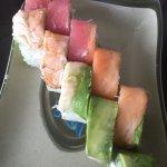 Delicioso sushi rainbow, siempre me sorprende este lugar. La comida deliciosa y el servicio no p