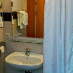 Das Bad ist modern, sauber und bietet genügend Ablageflächen.