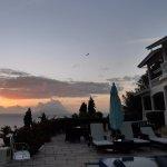 Vue sur la terrasse, le coucher de soleil et une chauve-souris !