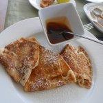 De bonnes crêpes pour le petit-déjeuner avec du miel des Seychelles