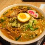 Shoyu Lamen (R$15) – carne bovina, wakame, naruto, bambu e nori.