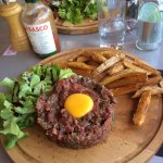 """Le tartare de bœuf Corse et la salade """"la source"""". La vue depuis la terrasse"""