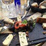L'assiette de fromage (brie, roblochon et saint nectaire). 8 à 9 morceaux de formages !