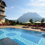 Hotel Post Lermoos Pool mit Zugspitze