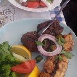 Græsk bøf, kyllingesuvlaki og græsk salat