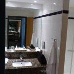 Badezimmer ist dreigeteilt: Links die Toilette, mittig das Waschbecken und links die Dusche