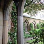 Claustro com arcadas góticas