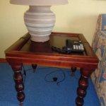 Teléfono y lamparita desenchufados