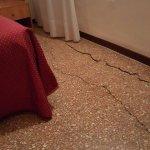 El suelo de la habitación rajado.