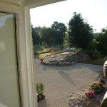 uitzicht vanuit onze 2 persoonskamer op de schitterende grote  tuin