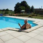 dit is vakantie:zon, heerlijk koel water en een goed boek