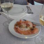 Hora de almoço, sempre com direito a miminhos de entrada:) Belo salmão fumado acompanhado de bom