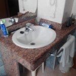 Aquí se puede apreciar el estado del espejo y la pequeñez del lavabo.