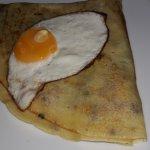 crepas con espinacas, se sirven con un huevo
