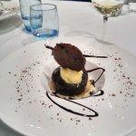 postre coulant de chocolate negro o helado de yogur