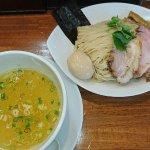 黄金色の塩スープ。具だくさんで、鶏のチャーシューうまかった