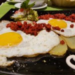Huevos rotos con Chistorra y toque mexicano,excelentes.