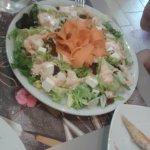 La ensalada de pollo y marisco