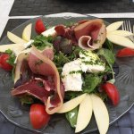 Plat du jour et salade du menu, pris en face d'un ancien bâtiment du service des eaux de la vill