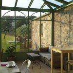 La véranda vitrée où l'on peut prendre son petit déjeuner