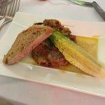 Entrée: coeur de salade tiède, petits légumes chaud et son toast
