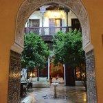 le patio, vaste espace commun frais avec des fontaines...