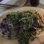 Plato de tallarines con espinaca, crema y pollo enharinado, servido en el restaurant NEXXT.