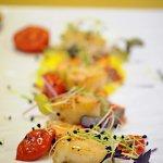 Cappesante profumate all'aglio,crescione,ciliegino confit e salsa olandese