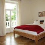 Modernes Schlafzimmer mit Südbalkon