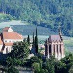 Mausoleum und Kirche von Schenna aus Riffian gegenüber aufgenommen
