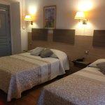 chambre spacieuse avec 2 lits doubles