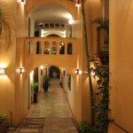 ホテル内のコロニアルスタイルの回廊