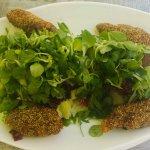 Salat mit in Kürbisparnier gebackenen Hendlstücken