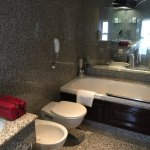 A well furnished bathroom